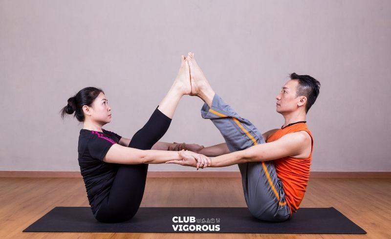 9-BOAT-POSE-yoga-poses-couples couple-yoga-poses-easy